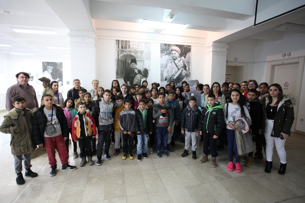 Kids from the Civic Association ''?arain'' Visit the Archives of Vojvodina